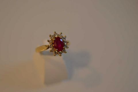 2526ca185a07 BAGUE en or jaune sertie d un rubis et diamants, poids.